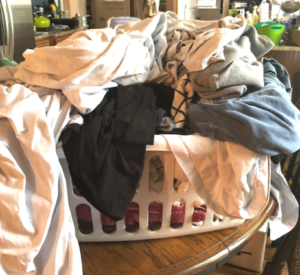 stop living in a dirty house - do these things to keep your home more organized and tidy! #cleaning #cleaninghacks #housekeeping #organizing #cleaningtips #organizingtips #homeideas #organization #homeorganization #cleaningtricks #homehacks #busymom #quickfix #cleanhome